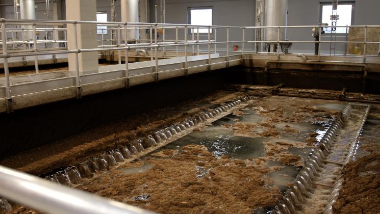 Raakaveden työstämistä esikäsittelylaitoksella. Jokivesi sisältää vielä kiintoaineita.