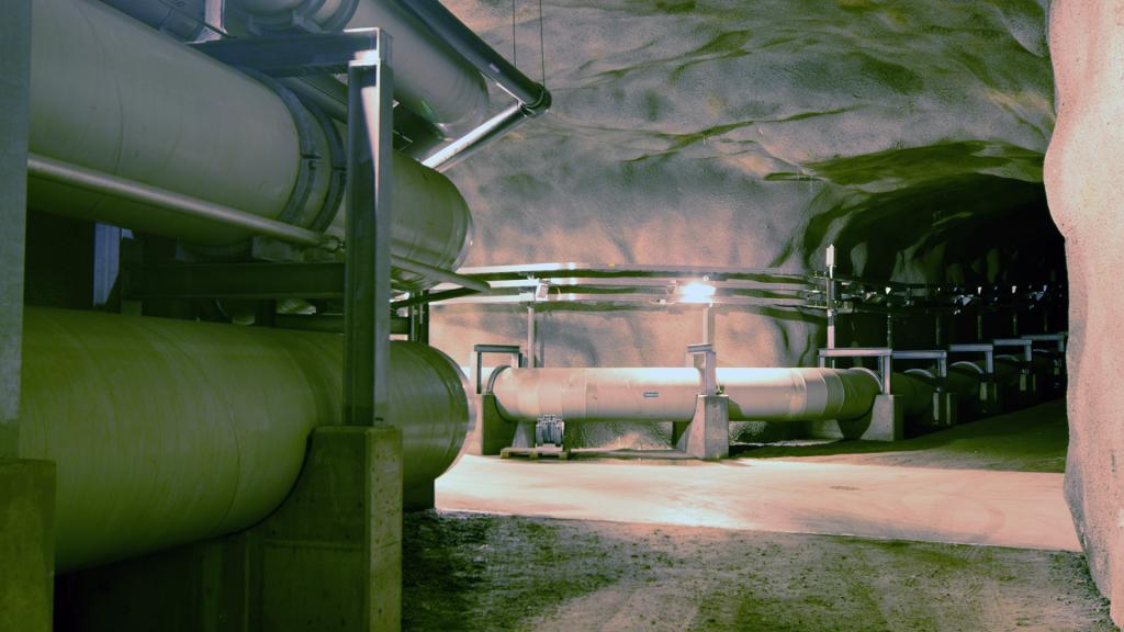 Vedensiirtolinjoja, joissa puhdasta vettä johdetaan käyttäjille.